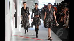 Sejumlah model memperagakan salah satu dari 20 koleksi terbaru desainer  Poppy Dharsono pada ajang Indonesia Fashion Week 2015 di JCC Senayan, Jakarta, Kamis (26/2). (Liputan6.com/Panji Diksana)