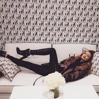 Gigi Hadid berbaring di tumpukan namanya. (Instagram/gigihadid)