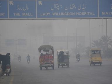 Sejumlah penglaju terlihat diselimuti kabut asap di Lahore, Pakistan timur, pada 10 November 2020. Kabut asap tebal menyelimuti banyak wilayah di Lahore pada Selasa (10/11). (Xinhua/Sajjad)
