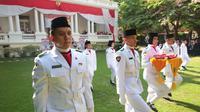Pasukan pengibar Bendera Merah Putih yang berasal dari gabungan pelajar Indonesia yang studi di Sekolah Indonesia Cairo dan Ma'had Al Azhar Mesir. (KBRI Kairo)