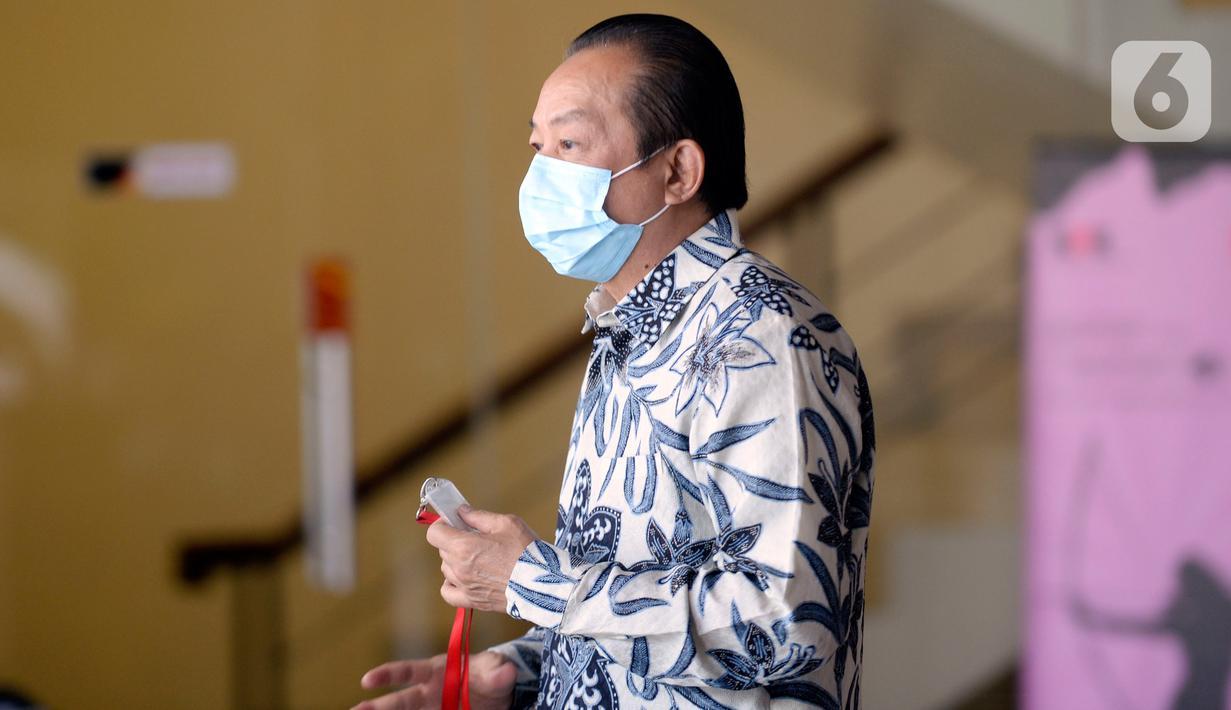 Advokat, Hardja Karsana Kosasih menunggu akan menjalani pemeriksaan di Gedung KPK, Jakarta, Rabu (20/5/2020). Hardja diperiksa sebagai saksi untuk menelusuri aset-aset tersangka mantan Sekretaris Mahkamah Agung (MA), Nurhadi. (merdeka.com/Dwi Narwoko)