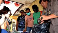 Aparat Polsek Teluk Segara Bengkulu berhasil mengungkap tindak pidana pencurian kota amal Mesjid dalam waktu kurang dari 3 jam saja (Liputan6.com/Yuliardi Hardjo)