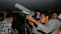 Surabaya, palajar obeservasi gerhana dari atas gedung. Foto: (Dian Kurniawan/Liputan6.com)