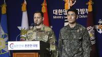 Kolonel Angkatan Darat AS Lee Peters dan Kolonel Kim Jun-rak menginformasikan batalnya latihan gabungan di Kementerian Pertahanan di Seoul, Korea Selatan. (Korea Pool/Yonhap via AP)