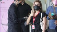 Pedangdut, Citra Rahayu atau Cita Citata mengacungkan jempolnya jelang diperiksa penyidik di Gedung KPK, Jakarta, Jumat (26/3/2021). Cita Citata dipanggil KPK sebagai saksi kasus dugaan suap pengadaan bantuan sosial untuk wilayah Jabodetabek tahun 2020. (Liputan6.com/Helmi Fithriansyah)