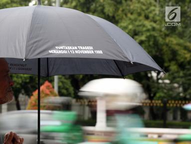 Peserta melakukan aksi Kamisan ke-571 di depan Istana Negara, Jakarta, Kamis (24/1). Mereka meminta pemerintah segera menuntaskan penyelesaian kasus pelanggaran HAM masa lalu. (Liputan6.com/Helmi Fithriansyah)