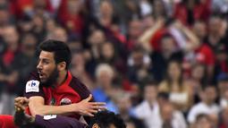 Aksi Dani Alves pada laga final Piala Prancis di Stade de France, Saint-Denis, (8/5/2018). Menurut sumber terkait diagnosa awal Alves mengalami cedera ligamen anterior. (AFP/Damien Meyer)