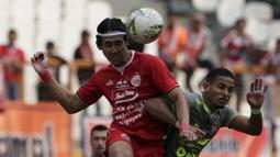 Bek Persija Jakarta, Ryuji Utomo, berebut bola dengan gelandang Borneo FC, Renan Silva, pada laga Shopee Liga 1 di Stadion Wibawa Mukti, Bekasi, Senin (11/11). Persija menang 4-2 atas Borneo. (Bola.com/Yoppy Renato)