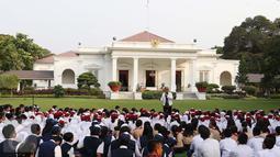 Sejumlah murid sekolah dasar berkumpul di halaman Istana, Jakarta, Rabu (17/8). Sebanyak 500 pelajar menikmati membaca dan mendengarkan dongeng di halaman istana untuk memperingati Hari Buku Nasional. (Liputan6.com/Angga Yuniar)