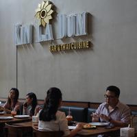 Suasana lantai 1 Kin La Dum Bar & Thai Cuisine (Fimela.com/Novi Nadya)