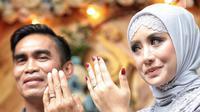 Aktris Shinta Bachir bersama anggota DPRD Sidrap, Idham Masse memperlihatkan cincin saat acara lamaran di Jakarta, Sabtu (8/9). Rencananya, Shinta dan duda tiga anak itu akan menggelar pernikahan pada 11 November mendatang. (Liputan6.com/Faizal Fanani)