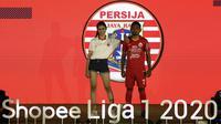 Pemain Persija Jakarta, Ramdani Lestaluhu, menunjukan jersey tim Persija saat launching Shopee Liga 1 di Hotel Fairmont, Jakarta, Senin (24/2). Sebanyak 18 klub pamerkan jersey untuk kompetisi Shopee Liga 1 2020. (Bola.com/Yoppy Renato)