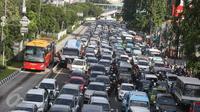 Kendaraan terjebak kemacetan di kawasan Matraman, Jakarta, Senin (13/2). (Liputan6.com/Immanuel Antonius)