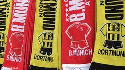 Pernak-pernik suporter Borussia Dortmund dan Bayern Muenchen.