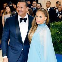 Jennifer Lopez dan Alex Rodriguez dikabarkan tengah bahagia menati kehadiran anak kembarnya. Benarkah itu? (AP Photo)