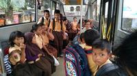 Siswa SD selama ini memanfaatkan keberadaan BRT untuk transportasi ke sekolah. (foto : Liputan6.com/ felek wahyu)