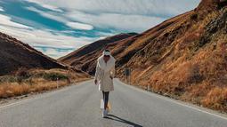 Sebelum tiba di Sydney, Syahrini bersama suami sudah lebih dahulu menginjakkan kakinya di New Zealand. Di sana, Syahrini menikmati pemandangan lanskap Lindis Pass. Syahrini memilih coat tebal yang dipadupadankan dengan hiasan kepala dan tak lupa kacamata yang cetar.(Liputan6.com/IG/@princessyahrini)