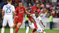 Striker Liverpool, Divock Origi (kanan belakang) berebut bola dengan pemain Lyon, Pape Cheikh Diop (kanan depan) pada laga persahabatan di Jenewa, Swiss, Kamis (1/8/2019) dini hari WIB. (AFP/Fabrice Coffrini)