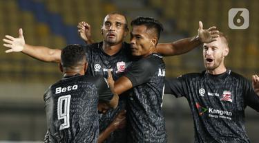 Selebrasi pemain Madura United Bruno Da Silva Lopes usai berhasil membobol gawang Persela Lamongan dalam pertandingan babak penyisihan Grup C Piala Menpora 2021 di Stadion Si Jalak Harupat, Bandung, Kamis (1/4/2021). Pertandingan berakhir dengan skor 1-1. (Bola.com/Ikhwan Yanuar)