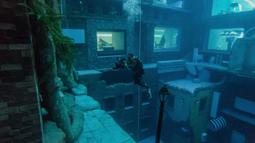 Seorang penyelam mengambil gambar saat menyelam di Deep Dive Dubai, Dubai, Uni Emirat Arab, 10 Juli 2021. Kedalaman Deep Dive Dubai mencapai 60 meter. (GIUSEPPE CACACE/AFP)