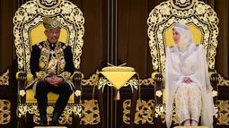 Raja Malaysia Abdullah Ri'ayatuddin Al-Mustafa Billah Shah (kiri) bersama Ratu Tunku Azizah saat penobatan kerajaan di Istana Nasional, Kuala Lumpur, Selasa (30/7/2019). Momen ini secara resmi menandai lima tahun pemerintahannya sebagai kepala negara. (SHAIFUL NIZAL/DEPARTMENT OF INFORMATION/AFP)