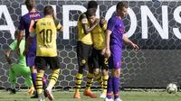 Para pemain Borussia Dortmund merayakan gol ke gawang Liverpool pada laga International Champions Cup 2018 di Bank of America Stadium, Charlotte. (AFP/Jim Watson)