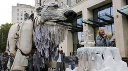 Aktris Inggris Emma Thompson membaca puisi saat aksi protes lingkungan di Markas Shell, London, Inggris, Selasa (2/9/2015). Emma Thompson membawa patung beruang kutub saat aksinya tersebut. (Reuters/Stefan Wermuth)