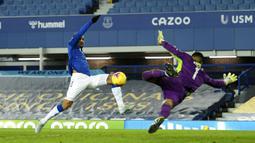 Pemain Everton Joshua King (kiri) mencetak gol ke gawang Fulham yang kemudian dianulir pada pertandingan Liga Inggris di Goodison Park, Liverpool, Inggris, Minggu (14/2/2021). Everton kalah 0-2 dari Fulham. (Oli Scarff/Pool via AP)