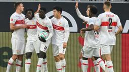 Para pemain Stuttgart merayakan gol yang dicetak oleh Silla Wamangituka ke gawang Borussia Dortmund pada laga Bundesliga di Stadion Signal Iduna Park, Minggu (13/12/2020). Stuttgart menang dengan skor 5-1. (AFP/Ina Fassbender)