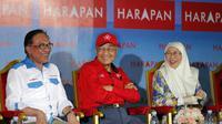 Anwar Ibrahim dan PM Mahathir Mohamad berkampanye bersama pada Senin, 8 Oktober 2018 (AP/Vincent Thian)