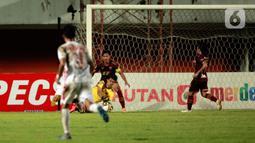 Kiper PSM Makassar, Hilman Syah (kanan) berhasil menangkap bola hasil tendangan pemain Persija Jakarta dalam pertandingan semifinal leg pertama Piala Menpora 2021 di Stadion Maguwoharjo, Sleman, Kamis (15/4/2021). PSM Makassar vs Persija Jakarta bermain imbang 0-0. (Bola.com/Ikhwan Yanuar)