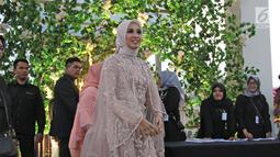 Laudya Cynthia Bella setibanya di lokasi resepsi kedua pernikahannya di kawasan Dago, Bandung, Minggu (8/10). Beberapa menit sebelum acara resepsi dimulai, Bella tanpa didampingi suaminya, Engku Emran, menemui awak media. (Liputan6.com/Herman Zakharia)