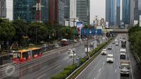 Pengendara melintasi Tol Dalam Kota di kawasan Jalan Gatot Subroto, Jakarta, Jumat (2/12). Terkait aksi super damai 212 yang digelar di kawasan Monas, sejumlah ruas jalan protokol Ibukota terlihat lengang. (Liputan6.com/Helmi Fithriansyah)