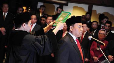 Saefullah resmi dilantik Plt Gubernur DKI Jakarta Basuki Tjahaja Purnama (Ahok) menjadi Sekda DKI Jakarta yang baru, Jakarta, Jumat (11/7/2014) (Liputan6.com/Faizal Fanani)