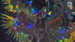 Peserta mengikuti pawai pada pagelaran Semarang Night Carnival (SNC) 2019 di ruas Jalan Imam Bonjol, Rabu (3/7/2019). Parade festival kesenian dan budaya bertajuk Pelangi Nusantara tersebut diiikuti sebanyak 4.128 peserta. (Liputan6.com/Gholib)