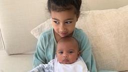 Kim Kardashian juga memposting foto North West memeluk mesra adik kecilnya Psalm West yang sekarang berusia tiga bulan. (Liputan6.com/IG/@kimkardashian)