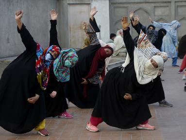 Para wanita mengikuti sesi yoga di luar Taman Shalimar yang bersejarah, Lahore, Pakistan, Minggu (20/6/2021). Hari Yoga Internasional diperingati setiap tanggal 21 Juni. (AP Photo/K.M. Chaudary)