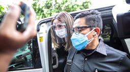 Selebritas Gisella Anastasia atau Gisel (kiri) didampingi pengacaranya tiba di Gedung Ditreskrimsus Polda Metro Jaya, Jakarta, Rabu (23/12/2020). Gisel tiba pada pukul 10.50 WIB. (Liputan6.com/Faizal Fanani)