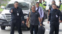 Petrus Pedulewari berjalan membawa koper saat tiba di gedung KPK, Jakarta, Senin (12/2). KPK mengamankan total lima orang yang terjaring dalam OTT dan dua diantaranya yaitu Bupati Ngada Marianus Sae dan Petrus Pedulewari. (Liputan6.com/Herman Zakharia)