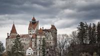 Bagi Anda yang pernah membaca novel Count Dracula karya Bram Stoker, Bran Castle adalah hunian nyata yang dikisahkan sebagai kastil drakula.
