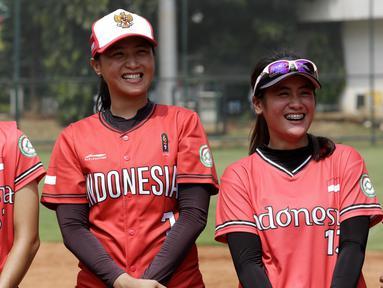 Para pemain Timnas Softball Putri indonesia tersenyum saat latihan di Lapangan Softball, GBK, Jakarta, Selasa (12/11). Sebanyak 17 atlet akan turun di SEA Games 2019 mendatang. (Bola.com/M Iqbal Ichsan)
