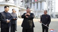 Ekspresi Pemimpin Korea Utara Kim Jong-un saat meresmikan pabrik pupuk di Sunchon, Provinsi Pyongan Selatan, Korea Utara, Jumat (1/5/2020). Ini merupakan penampillan perdana Kim Jong-un setelah sempat diisukan sakit parah bahkan meninggal. (Korean Central News Agency/Korea News Service via AP)