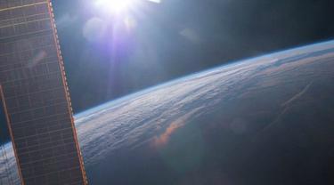 Matahari terbit yang diabadikan oleh seorang astronot NASA dari Stasiun Angkasa Luar Internasional