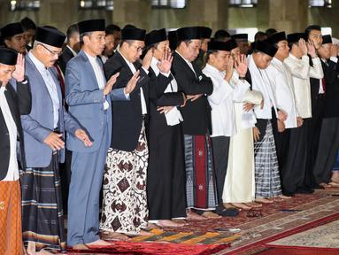 Presiden Joko Widodo atau Jokowi (tiga kiri) saat melaksanakan salat Id di Masjid Istiqlal, Jakarta, Rabu (5/6/2019). Jokowi salat Id di Masjid Istiqlal ditemani Ibu Negara Iriana dan putranya, Kaesang Pangarep. (Liputan6.com/JohanTallo)