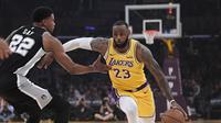 Aksi LeBron James saat Lakers melawan Spurs di lanjutan NBA (AP)