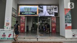Warga memasuki salah satu pintu masuk pasar yang berada satu gedung dengan Rusun Pasar Rumput, Manggarai, Jakarta, Senin (20/9/2021). Rusun yang dibangun oleh Kementerian PUPR dengan biaya Rp970 miliar itu memiliki 1.984 unit hunian tipe 36 di lantai 4-25. (merdeka.com/Iqbal S. Nugroho)