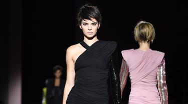 Model Kendall Jenner dan Gigi Hadid saat membawakan busana karya Tom Ford Spring/Summer 2018 selama New York Fashion Week di Park Avenue Armory, New York City (6/9). Kendall dan Gigi tampil dengan rambut pendek mengenakan wig. (AFP Photo/Angela Weiss)