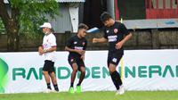 Pemain anyar PSM Makassar, Yakob Sayuri, sudah bergabung dalam latihan tim Lapangan Bosowa Sports Centre, Kamis (18/3/2021). (Bola.com/Abdi Satria)