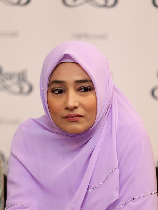 Hijab Cindy Fatika Sari: Ungu Tak Berarti Janda  Photo Bintang.com
