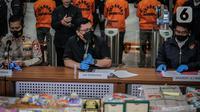 Dirtipideksus Bareskrim Polri Brigjen Pol Helmy Santika dan Karopenmas Divisi Humas Polri menunjukkan barang bukti saat rilis kasus dugaan investasi ilegal E-Dinar Coin (EDC) Cash.di Bareskrim Polri, Jakarta, Kamis (22/4/2021). (Liputan6.com/Faizal Fanani)